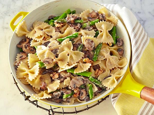 Creamy Farfalle with Cremini, Asparagus, and Walnuts