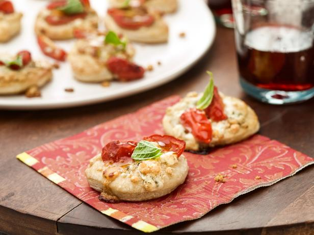 Pizzette with Gorgonzola, Tomato and Basil